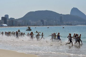 MTI137. Rio De Janeiro (Brazil), 18/08/2016.- Competitors start from Fort Copacaban during the men's Triathlon race of the Rio 2016 Olympic Games at Fort Copacabana in Rio de Janeiro, Brazil, 18 August 2016. (Triatlón, Brasil, Hungría) EFE/EPA/Zsolt Czegledi HUNGARY OUT