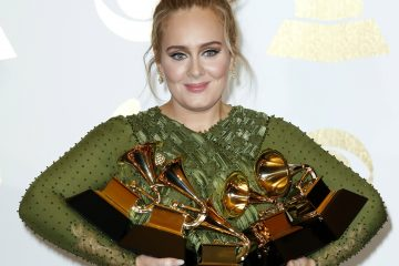 JGM166. Los Angeles (United States), 13/02/2017.- Adele holds up her awards in the press room during the 59th annual Grammy Awards ceremony at the Staples Center in Los Angeles, California, USA, 12 February 2017. Adele won the awards Record Of The Year, Album Of The Year, Song Of The Year, Best Pop Solo Performance and Best Pop Vocal Album, with the album '25' and song 'Hello.' (Estados Unidos) EFE/EPA/MIKE NELSON