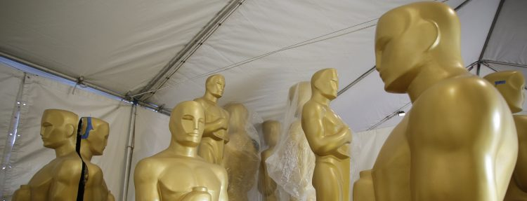MCX14. Hollywood (United States), 25/02/2017.- Oscar statues sit in a tent near the red carpet during preparations for the 89th annual Academy Awards in Hollywood, California, USA, 24 February 2017. The Academy Awards, which honors the best in film making, will take place on 26 February 2017. (Estados Unidos) EFE/EPA/MIKE NELSON