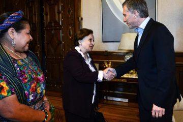 El mandatario argentino en reunión con invitadas internacionales.