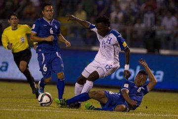 TEG2001. SAN PEDRO SULA (HONDURAS), 29/03/2016.-El jugador de la selección de Honduras Alberth Elis (c) disputa el balón con Henry Romero (d) y Richard Menjivar (i) de El Salvador hoy, martes 29 de marzo de 2016, durante un partido por las eliminatorias del mundial Rusia 2018 en el Estadio Olímpico de San Pedro Sula (Honduras).EFE/STR