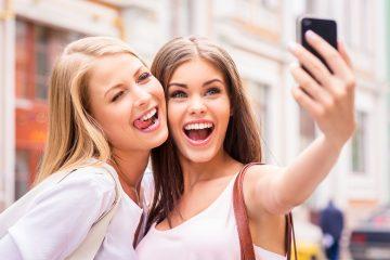 Un estudio reciente demostró que tomarse selfies con más de una persona puede provocar que se prendan los piojos.