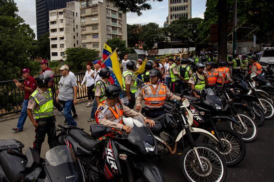 Policia escoltando marcha de la oposición al Gobierno en Caracas, Venezuela.