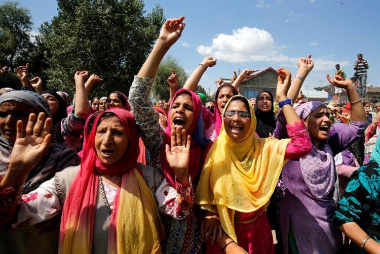 Disturbios en la india por toque de queda.