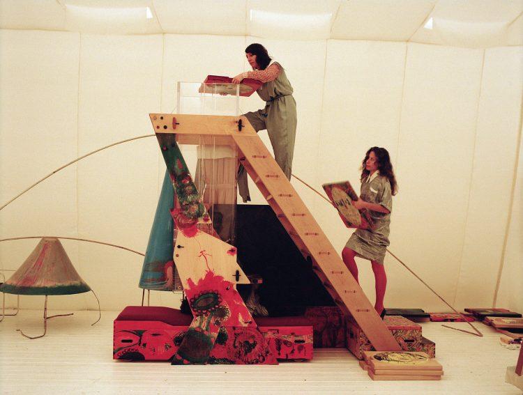 """Fotografía sin fecha cedida por el Museo de Arte Moderno de Nueva York (MoMA), en donde se aprecian unas obras del artista alemán Kai Althoff que forman parte de una exhibición monográfica que abrirá sus puertas al público en el MoMA desde el próximo 18 de septiembre hasta finales de enero. La muestra, titulada """"Kai Althoff: and then leave me to the common swifts"""", es la primera exposición de gran tamaño que se realiza en Estados Unidos sobre el artista alemán (Colonia, 1966) en más de una década."""