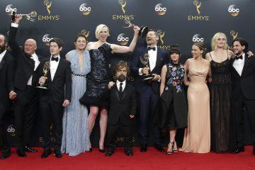"""Los Emmy se rindieron, por segundo año consecutivo, al impresionante poderío y dominio de """"Juego de Tronos"""", la gran serie del momento que arrasó ayer en la 68 edición de los premios más importantes de la pequeña pantalla con doce reconocimientos, incluido el de mejor serie dramática. (Foto EFE/Mike Nelson)"""