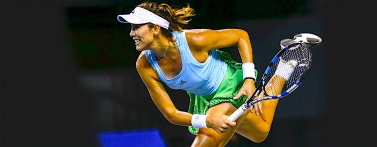 La tenista española Garbiñe Muguruza devuelve la bola a la letona Anastasia Sevastova durante el partido que enfrentó a ambas en la segunda ronda del Torneo de Tokio (Japón). EFE/Kimimasa Mayama