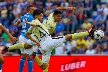 El jugador del América Oribe Peralta (c) trata de controlar el balón, durante el juego correspondiente a la jornada ocho del fútbol mexicano, en el estadio Azul de Ciudad de México (México). EFE/Alex Cruz