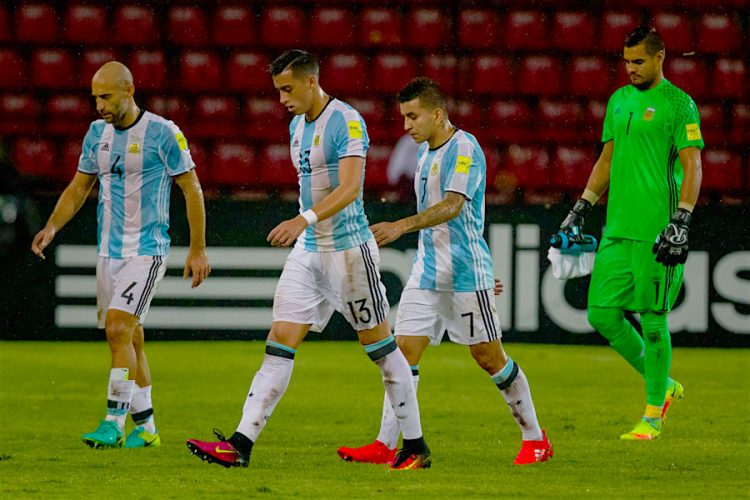 Los jugadores de Argentina salen del campo, luego de un partido clasificatorio para Rusia 2018 en el estadio Metropolitano de Mérida (Venezuela). EFE/MIGUEL GUTIERREZ