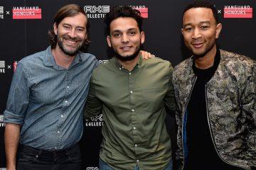 (izq-der), El actor Mark Duplass, el estudiante Francisco Cabrera y el músico John Legend. 2016 Getty Images/Mike Windle