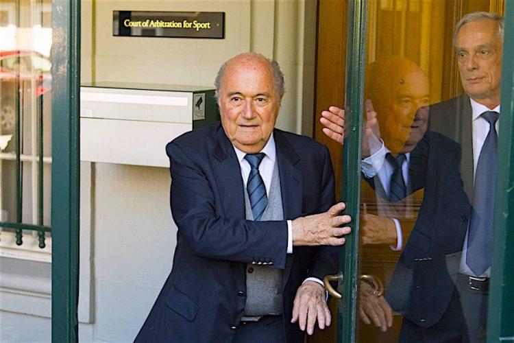 Fotografía fechada el 29 de abril de 2016 que muestra al expresidente de la FIFA Joseph Blatter a la salida del Tribunal de Arbitraje Deportivo (TAS) en Lausanne, Suiza. El comité de ética de la FIFA anunció, la apertura de un proceso formal contra Blatter, y los dos últimos secretarios generales de la FIFA, Jérôme Valke y Markus Kattner. EFE/Laurent Gillieron