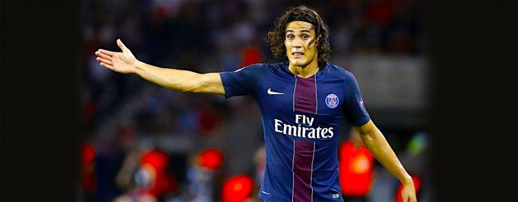 dinson Cavani de Paris Saint Germain reclama una jugada ante Arsenal, durante un partido del grupo A de la Liga de Campeones realizado en el estadio Parque de los Príncipes en París (Francia). EFE/ETIENNE LAURENT