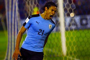 El jugador de Uruguay Edinson Cavani celebra luego de anotar el primer gol en el encuentro ante Paraguay, de la octava fecha de eliminatorias para el Mundial Rusia 2018, durante un partido clasificatorio para Rusia 2018 en el estadio Centenario de Montevideo (Uruguay). EFE/Raúl Eduardo Martínez