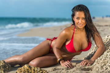 Milena te deleitará con su pequeño bikini rojo y su sensualidad. (Dreamstime)