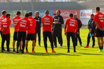 CH07. SANTIAGO (CHILE), 29/08/2016.- El entrenador de la selección chilena de fútbol, Juan Antonio Pizzi (c), participa hoy, lunes 29 de agosto de 2016, en un entrenamiento en el Complejo Deportivo Juan Pinto Durán en Santiago (Chile), previo a los encuentros ante Paraguay y Bolivia por las eliminatorias a Rusia 2018. EFE/CARLOS PARRA/COMUNICACIONES ANFP/SOLO USO EDITORIAL/NO VENTAS