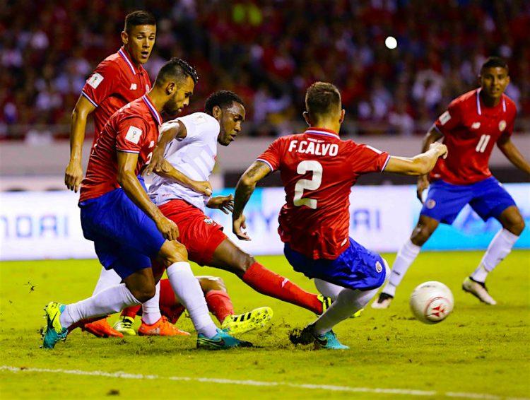El jugador Giancarlo González (i) y Francisco Calvo (d) de la selección de Costa Rica disputa el balón con Luis Tejeda (c) de Panamá, durante un partido de las eliminatorias al Mundial Rusia 2018, que se disputa en el Estadio Nacional de San José (Costa Rica). EFE/Jeffrey Arguedas