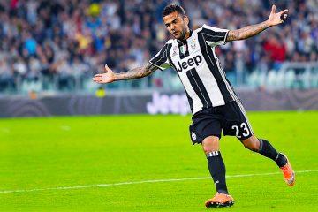 El jugador de Juventus Dani Alves celebra el 3-0 contra el Cagliari durante un partido de la Serie A de la Liga Italiana de fútbol entre Juventus FC y el Cagliari Calcio en el estadio Juventus de Turín (Italia). EFE/ALESSANDRO DI MARCO