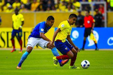 El futbolista ecuatoriano Cristian Noboa (d) conduce el balón ante la marca del brasileño Casemiro (i) el pasado, jueves 1 de septiembre de 2016, durante un partido por la clasificación al mundial de fútbol Rusia 2018, en el estadio Atahualpa de Quito (Ecuador). EFE/José Jácome