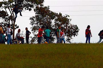 otografía del 27 de agosto de 2016 de un grupo de niños jugando en una reserva campesina en zona rural de Corinto, Cauca (Colombia) donde se ubica uno de los próximos 23 puntos de concentración de la guerrilla de las FARC. En los pueblos y campos del departamento colombiano del Cauca, hasta no hace mucho feudos de la guerrilla de las FARC, el alto el fuego definitivo llena de esperanza a quienes han padecido el conflicto, muchos de ellos, indígenas. EFE/Christian Escobar Mora