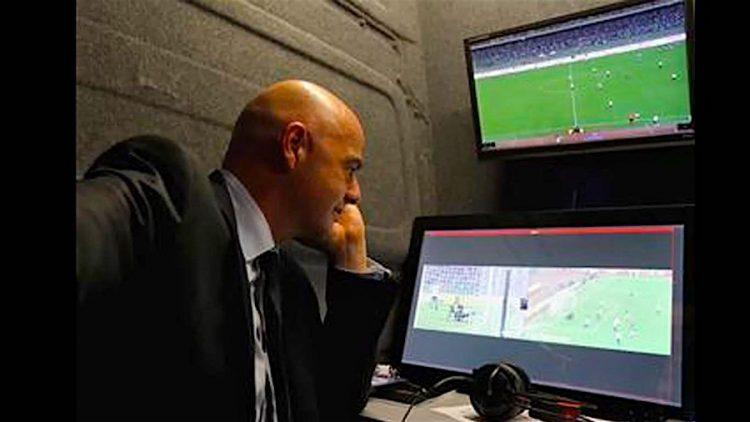 """El presidente de la FIFA, el suizo Gianni Infantino, observa una repetición del amistoso entre las selecciones de Francia e Italia, durante una rueda de prensa en Bari, Italia. Infantino aseguró hoy que la primera prueba de los Árbitros Asistentes de Vídeo (VAR, por su acrónimo inglés) realizada en el amistoso Italia-Francia ha sido """"muy positiva"""". El sistema VAR prevé que los asistentes de los árbitros vean las imágenes de un partido desde un despacho privado y que intercambien opiniones en el caso de situaciones controvertidas. De momento, el dossier difundido por la FIFA informa de que el sistema VAR se utilizará para la validación de un gol, las tarjetas amarillas o rojas, y las confusiones de identidad entre jugadores. EFE"""