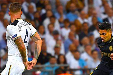 El jugador del Mónaco Radamel Falcao (d) recibe el balón ante la marca de Toby Alderweireld (i), del Tottenham, durante un partido entre Tottenham y Monaco por el grupo E de la Liga de Campeones de la UEFA, en el estadio Wembley de Londres (Reino Unido). EFE/Andy Rain