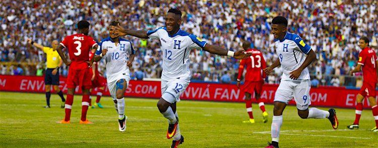 El hondureño Romell Quioto (c) celebra tras anotar un gol ante Canadá. EFE