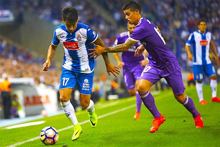 El centrocampista paraguayo del RCD Espanyol Hernán Pérez (i) se escapa del colombiano James Rodríguez, del Real Madrid, durante el partido de la cuarta jornada de Liga en Primera División que se disputo la pasado noche en el RCDE stadium, en Cornellá. EFE/Alejandro García
