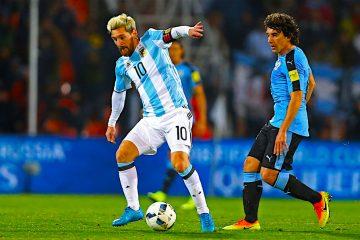 l jugador Lionel Messi (i) de Argentina controla un balón ante Uruguay, durante un encuentro correspondiente a las eliminatorias al Mundial de Rusia 2018 disputado en el estadio Malvinas Argentinas de Mendoza (Argentina). EFE/Nicolás Aguilera