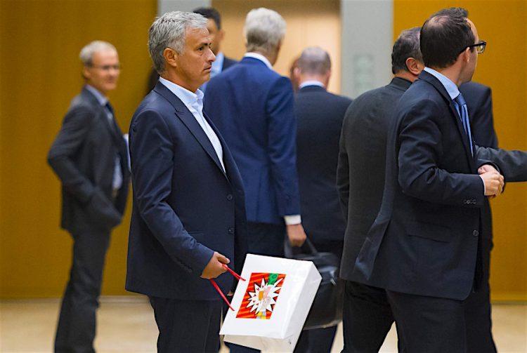 El entrenador del Manchester United, Jose Mourinho (2-i) abandona el 18º Foro de Entrenadores de Élite celebrado en la sede de la UEFA en Nyon, Suiza. EFE/Jean-Christophe Bott