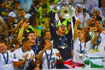 E portero titular del Real Madrid Keylor Navas levanta la copa. Foto EFE