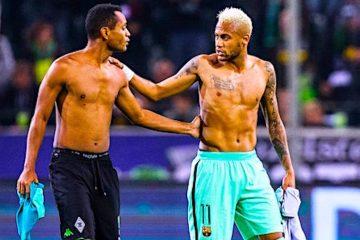 El jugador del Barcelona Neymar (d) y el jugador del Borussia Moenchengladbach Raffael (i) intercambian camiseta, después de un partido del grupo C de la Liga de Campeones de Europa UEFA, disputado entre el Barcelona y el Borussia Moenchengladbach en Moenchengladbac (Alemania). El compromiso finalizó 2-1 dejando al Barcelona como el equipo ganador. EFE/MAJA HITIJ