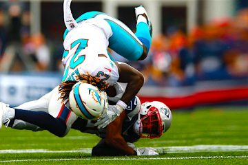 Jugadores del New England Patriots cornerback Logan Ryan (R) tackles y flips up Miami Dolphins. EFE/EPA/CJ GUNTHER