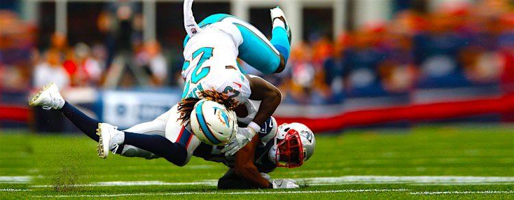 Jugadores del New England Patriots cornerback Logan Ryan (R) tackles y flips up Miami Dolphins. EFE/EPA/CJ GUNTHER
