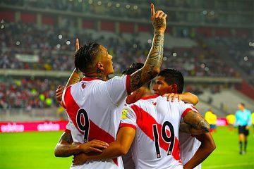 os jugadores de la selección peruana de fútbol celebran un gol contra Ecuador durante un partido entre Perú y Ecuador por las eliminatorias a Rusia 2018, en el Estadio Nacional de Lima (Perú). EFE/GERMÁN FALCÓN