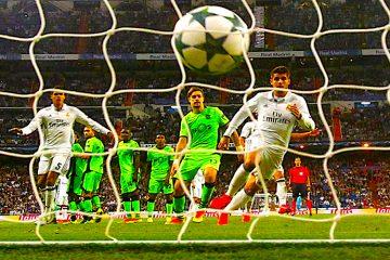 Los jugadores del Real Madrid y del Sporting de Lisboa observan el balón lanzado por Cristiano Ronaldo, durante el partido de la primera jornada de Liga de Campeones disputado en el estadio Santiago Bernabéu. EFE/Kiko Huesca