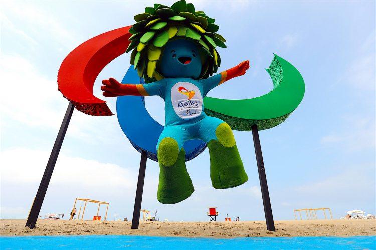 """Vista de """"Tom"""", la mascota de los Juegos Paralímpicos Río 2016,en la playa de Copacabana, junto a la escultura de los Juegos Paralímpicos, hecha de plástico reciclado y tiene 4 metros de alto por 3 metros de largo. La escultura también tiene textura y olor para proporcionar inclusión e interactividad. EFE/Antonio Lacerda."""