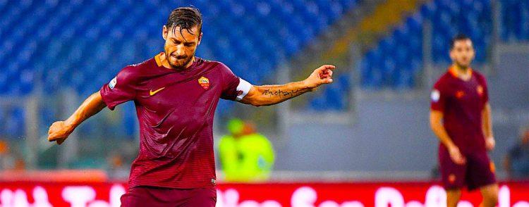 El jugador de Roma Francesco Totti patea el balón ante Crotone FC, durante un juego de la Serie A italiana realizado en el estadio Olímpico en Roma (Italia). EFE/ETTORE FERRARI