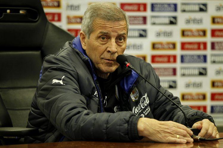 El director técnico de la selección uruguaya de fútbol, Óscar Washington Tabárez, ofrece una rueda de prensa en el Complejo de la Asociación Uruguaya de Fútbol, a las afueras de Montevideo (Uruguay). EFE