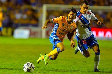 Javier Aquino (i) de Tigres disputa el balón con Oscar Rojas (d) de Puebla, 2016 celebrado en el estadio Universitario de la ciudad de Monterrey (México). EFE/Miguel Sierra