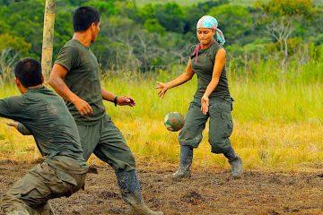 illeros del Bloque Sur de las FARC juegan fútbol durante la Décima Conferencia Nacional Guerrillera, en El Diamante (Colombia). EFE/MAURICIO DUENAS CASTAÑEDA