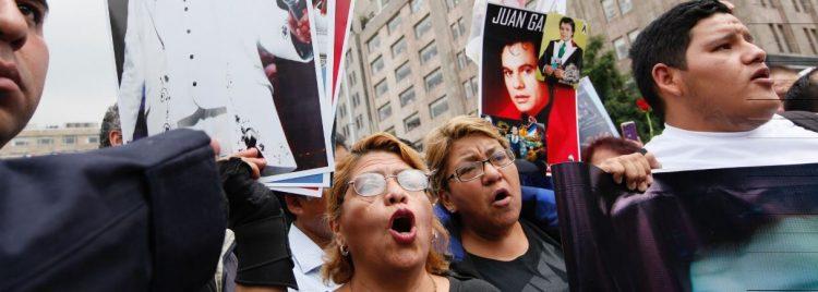 Flores, veladoras, mensajes, rezos y mucha música inundan  las calles de la norteña Ciudad Juárez para recordar a Juan Gabriel