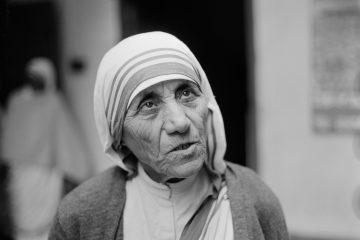 La madre Teresa de Calcuta en una misión en África.