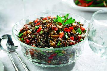 Al utilizar el arroz silvestre lleno de nutrientes con los sabores latinos de los pimientos, las nueces y las uvas pasas benefician la salud. (canolainfo.org)