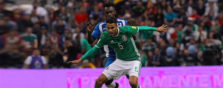 ego Reyes (d) de México disputa el balón ante Alberth Elis de Honduras, durante un juego entre México y Honduras por las eliminatorias de la CONCACAF para Rusia en el estadio Azteca en Ciudad de México (México). EFE/ALEX CRUZ