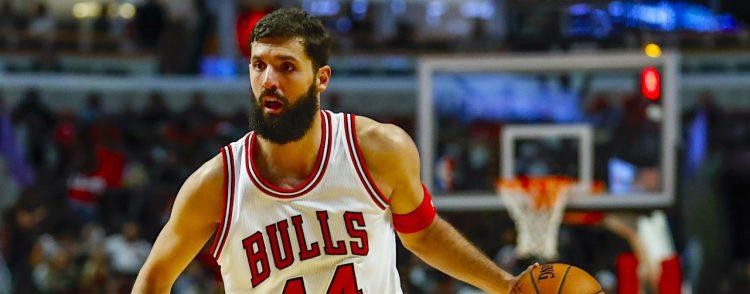 Nikola Mirotic de los Chicago Bulls controla el balón ante los Milwaukee Bucks, durante su juego de pretemporada de la NBA en el United Center en Chicago, Illinois (EE.UU.). EFE/Kamil Krzaczynski