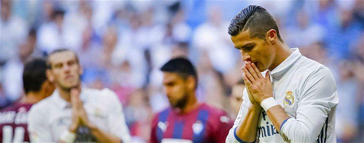 El delantero portugués del Real Madrid Cristiano Ronaldo en un momento del partido ante el Eibar de la séptima jornada de liga en Primera División que se disputo en el estadio Santiago Bernabéu. Efe/ Emilio Naranjo