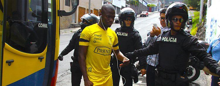 Valencia (c) llega a un entrenamiento en el estadio Atahualpa, en Quito (Ecuador)