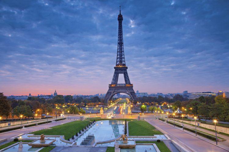 """Convocada por la Asociación Nacional de Defensa de Víctimas del Amianto (Andeva), la marcha recorrió varias calles del centro de París con eslóganes como """"No, el amianto no ha acabado"""". (Dreamstime)"""