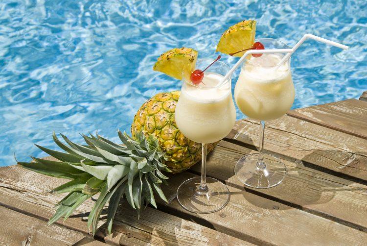 Tradicionalmente, la piña colada se prepara mezclando en una licuadora seis onzas de jugo de piña, crema de coco, dos onzas de ron blanco y hielo. (Dreamstime)