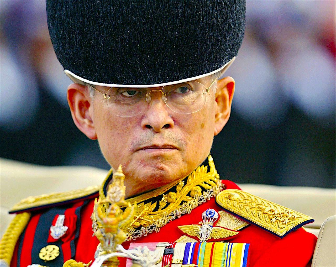 rey-Bhumibol-de-Tailandia1 Quien fue el rey de Tailandia que nunca sonreía en publico